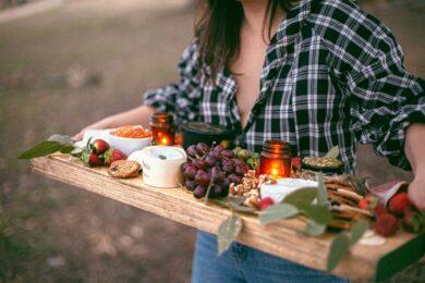mad serveret på skærebræt
